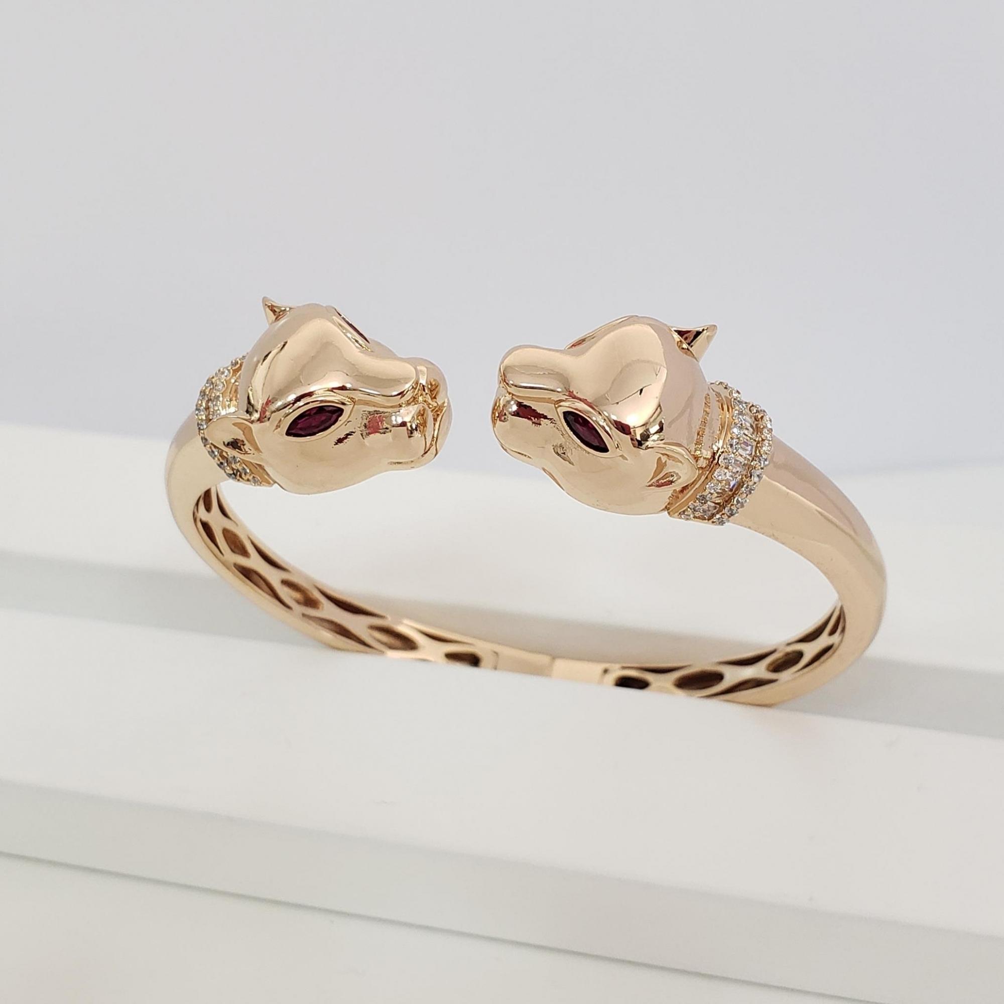 Bracelete Aberto com Cabeça Leopardo Nas Pontas com  Zircônia Colorida no Banho Ouro 18k Semijoia