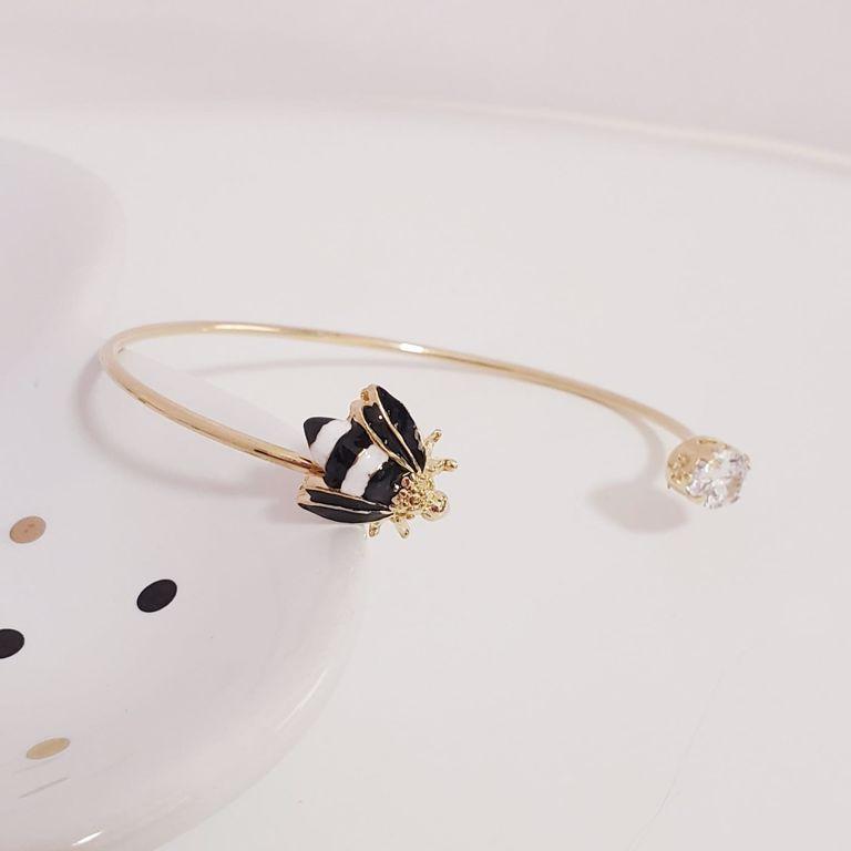 Bracelete Aberto Ponto Zircônia e Abelha Esmaltada  no Banho Ouro 18k Semijoia