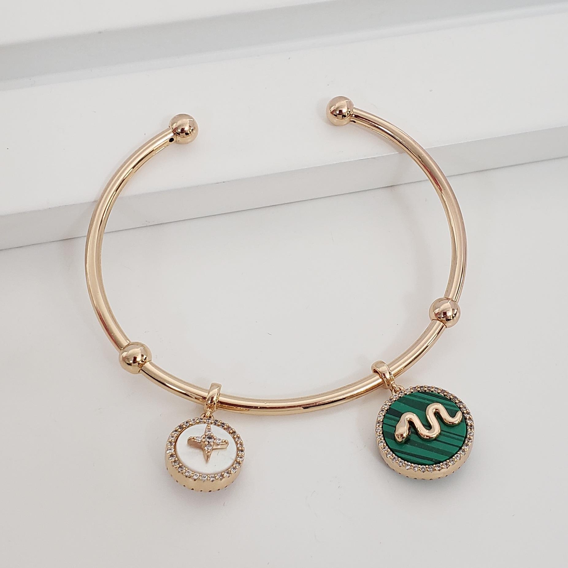 Bracelete Fino Aberto Abaulado com Pingente Madre Pérola e Abalone no Banho Ouro 18k Semijoia