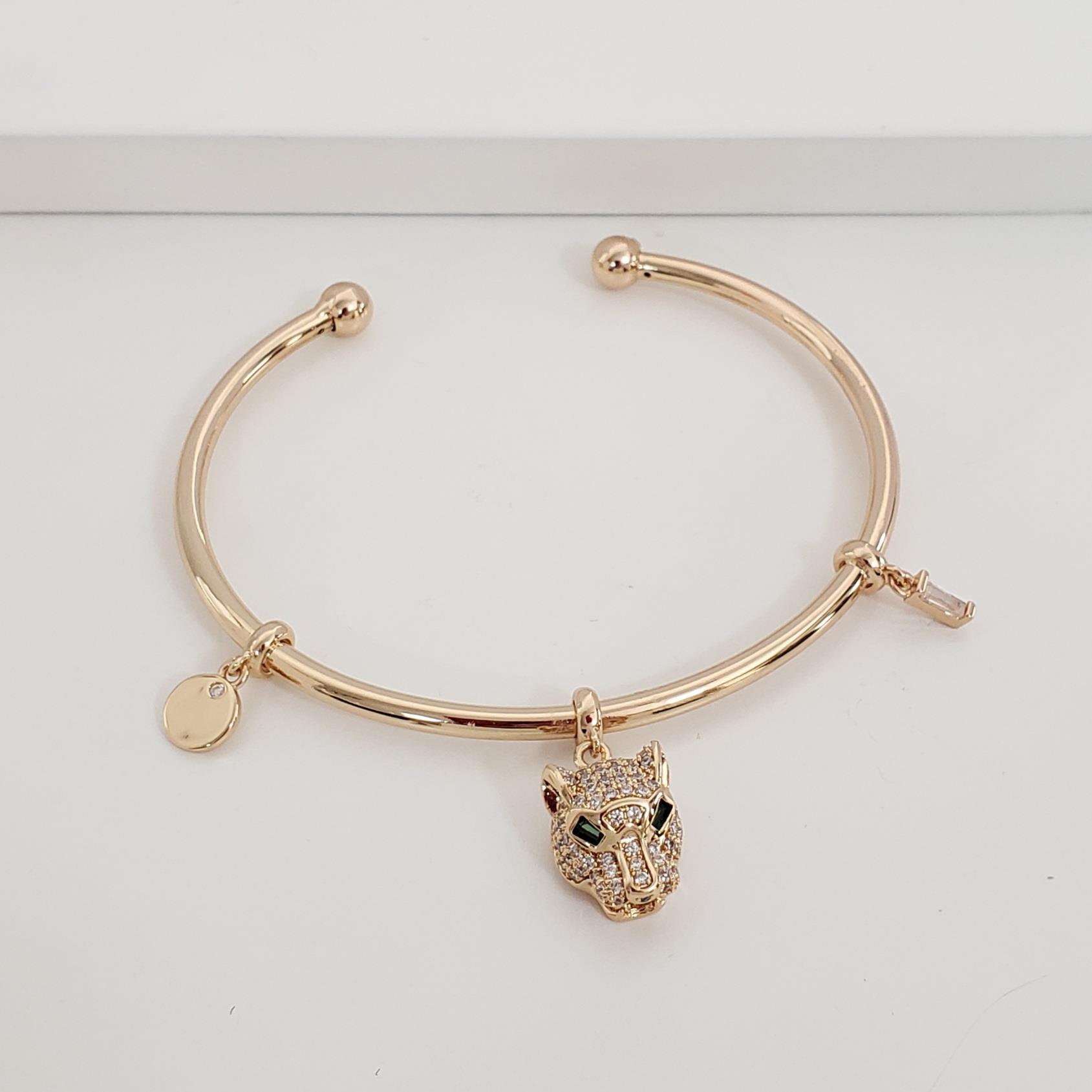 Bracelete Fino Aberto Abaulado com Pingente Trapézio de Zircônia Placa e Leopardo no Banho Ouro 18k Semijoia