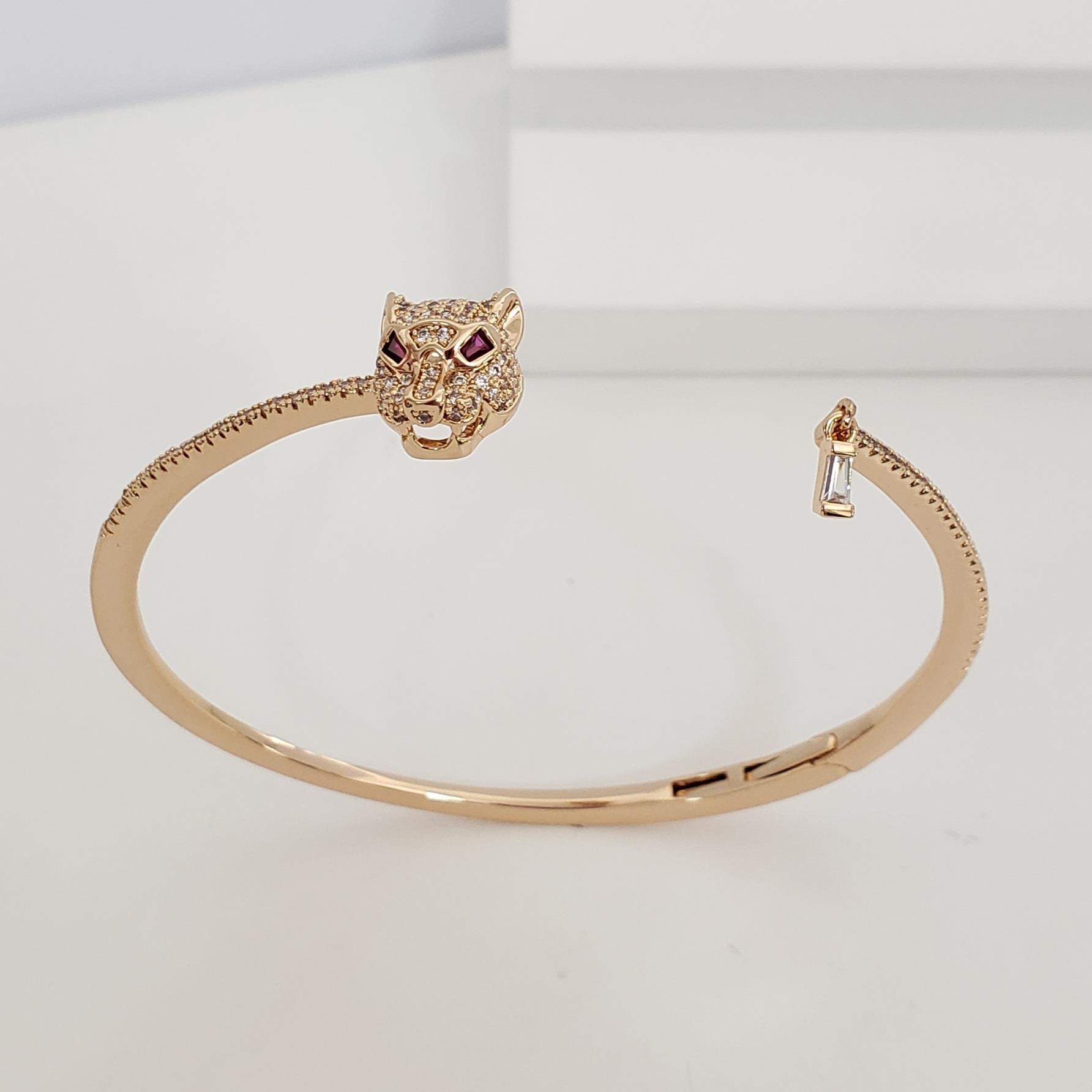 Bracelete Fino Aberto Zirconia com Cabeça Leopardo e Trapézio Zircônia no Banho Ouro 18k Semijoia
