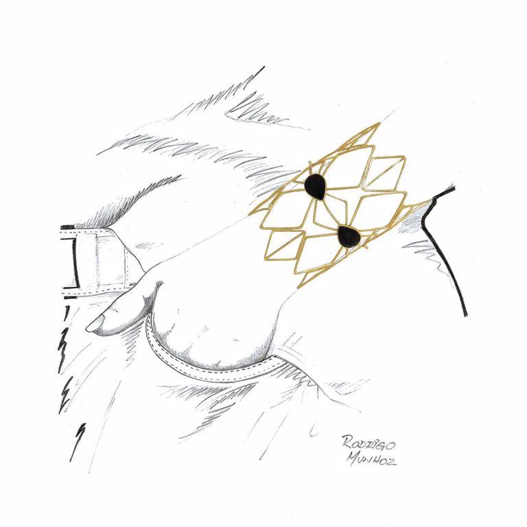 Bracelete Largo Losangos Vazados e Escovados Pedra Ágata Preta Banho Ouro 18k Semijoia