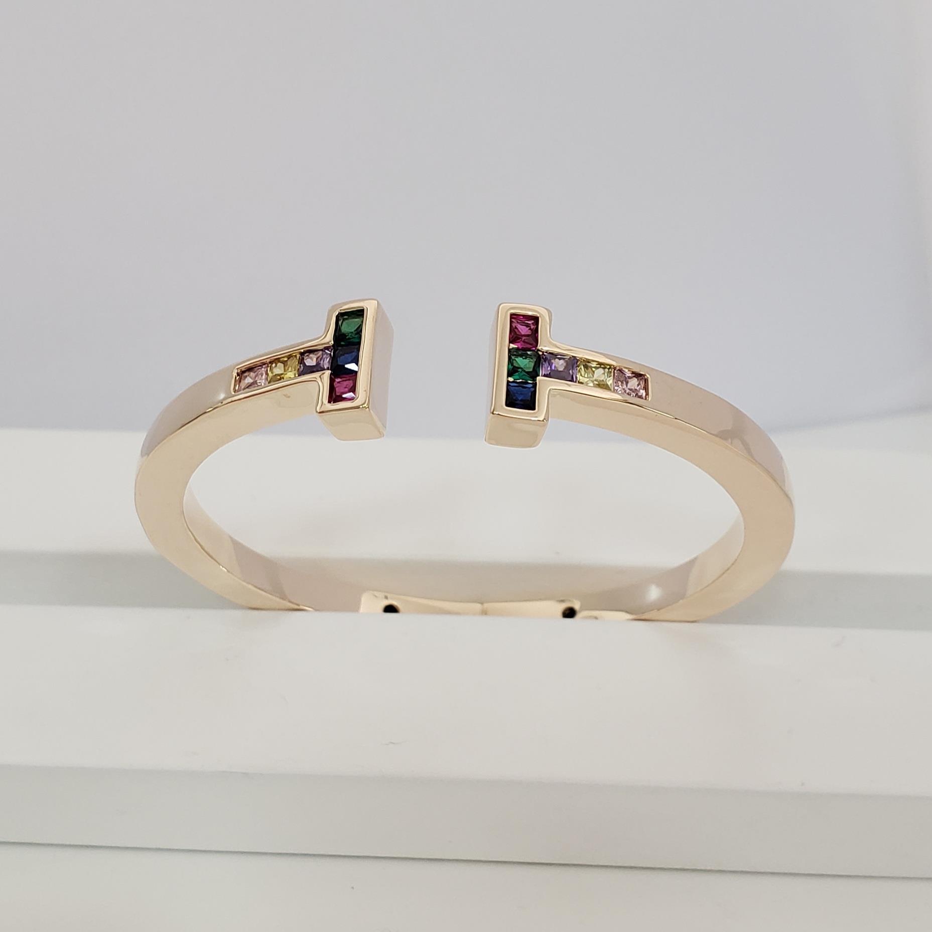 Bracelete Releitura Tiffany Aberto com T Zircônia Colorida  no Banho Ouro 18k Semijoia