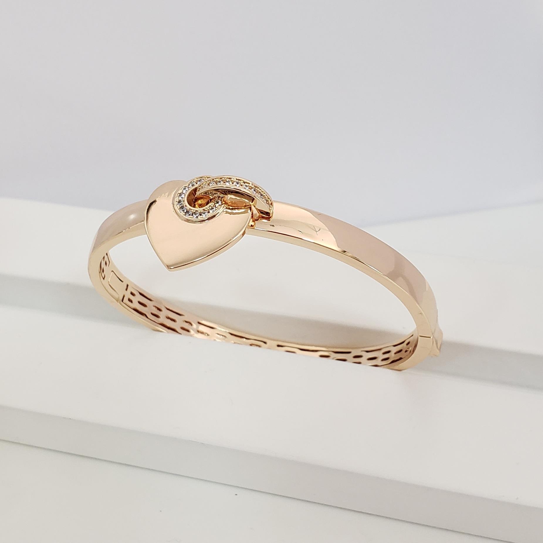 Bracelete Reto Largo com Coração Liso Borda Zircônia no Banho Ouro 18k Semijoia