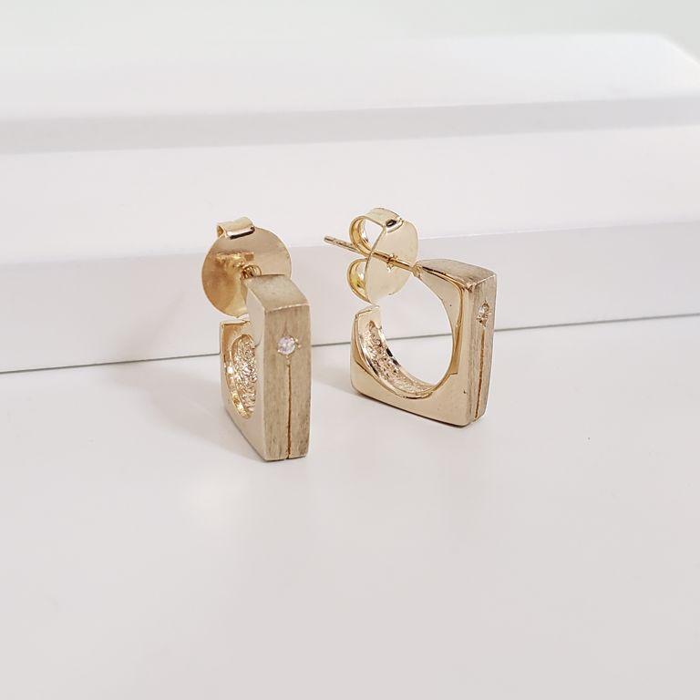 Brinco Argola 1,4cm Aberta Quadrada com Ponto Zircônia Banho Ouro 18k Semijoia