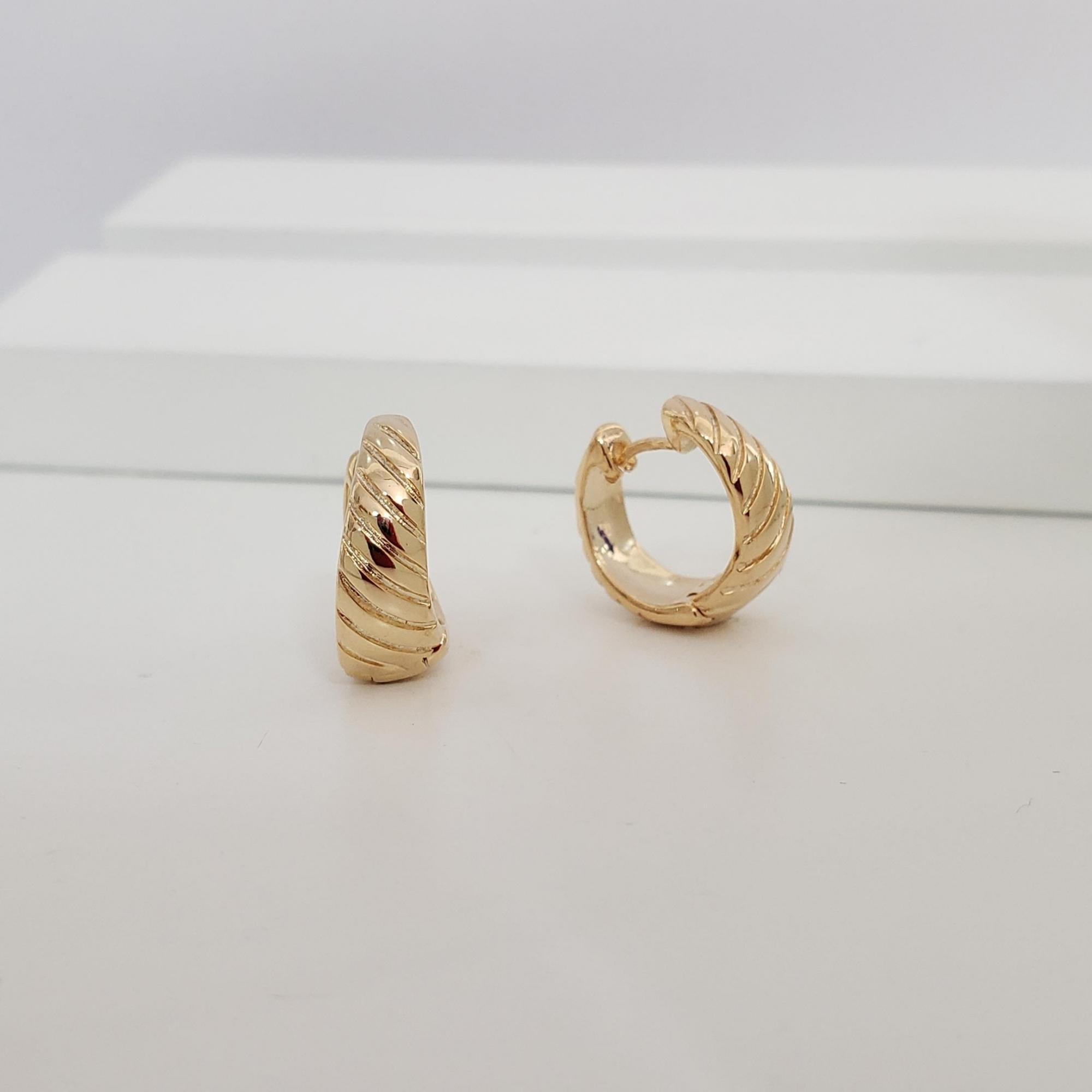 Brinco Argola 1,5cm Detalhes FRisados Diagonal no Banho Ouro 18k Semijoia