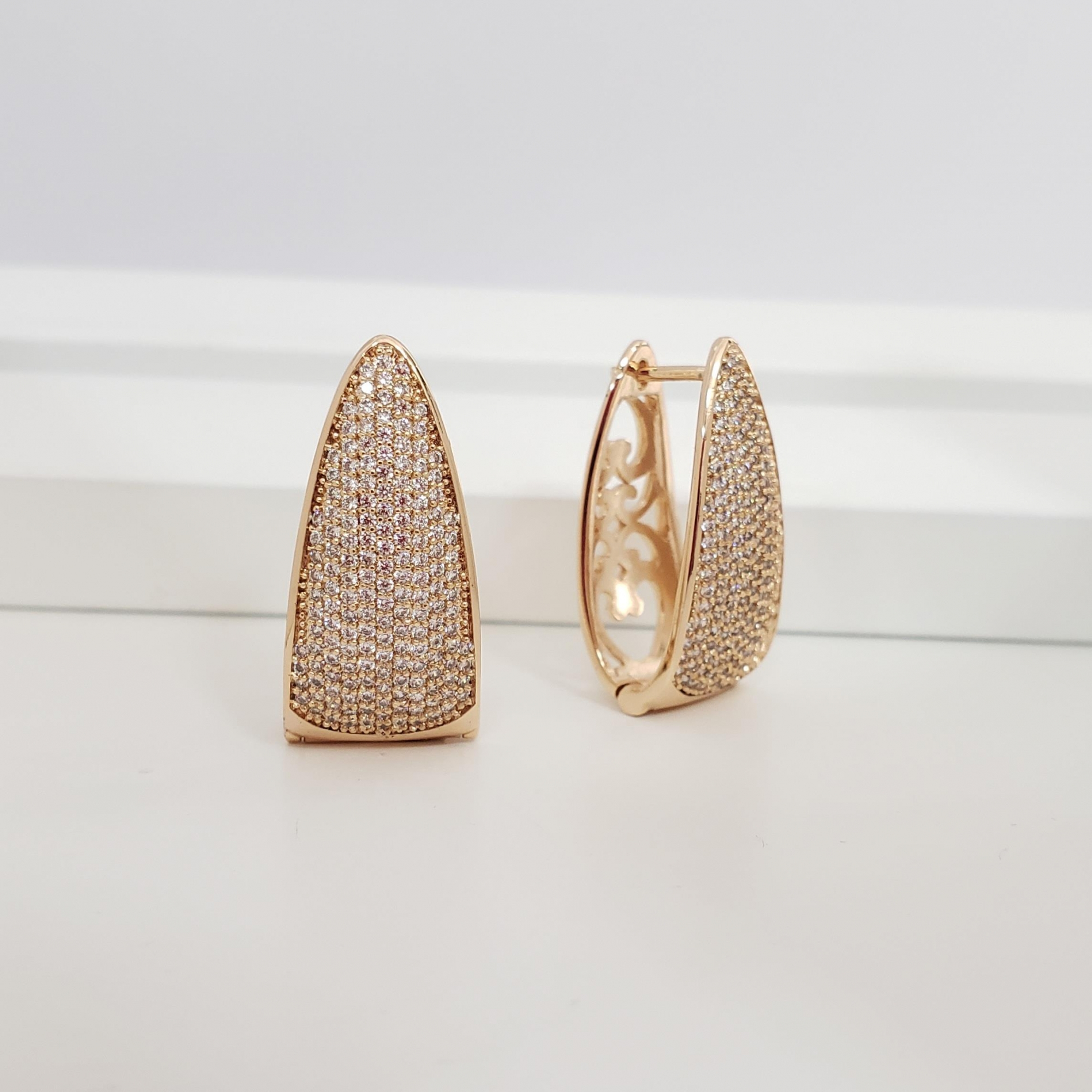Brinco Argola 2,8cm Abaulada Triangular com Zircônia no Banho Ouro 18k Semijoia