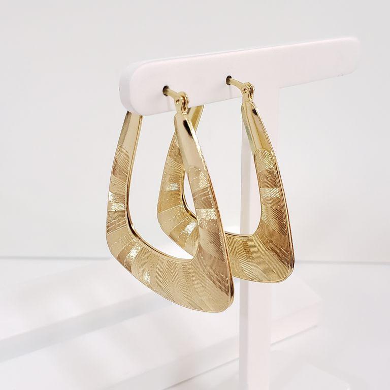 Brinco Argola 4,5cm Triangular Escovado com Detalhes Frisados Banho Ouro 18k Semijoia