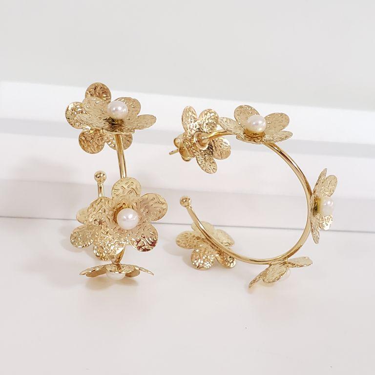 Brinco Argola 4,7cm Aberta Flores com Miolo Pérola Banho Ouro 18k Semijoia