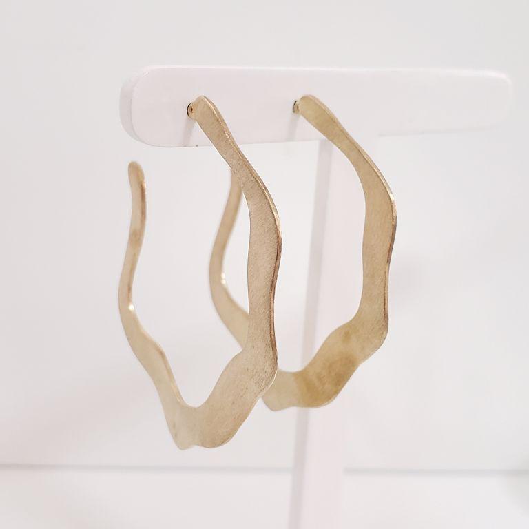 Brinco Argola 5cm Aberta Escovada Ondulada Banho Ouro 18k Semijoia