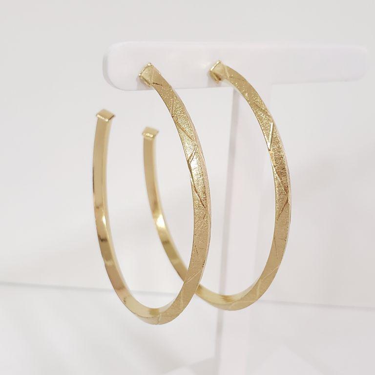 Brinco Argola 6cm Aberta Escovada com Detalhes banho Ouro 18k Semijoia
