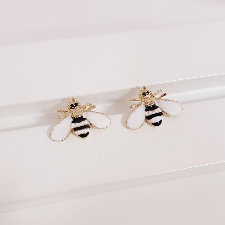 Brinco Botão Abelhinha Esmaltada Branca com Preto no Banho Ouro 18k Semijoia