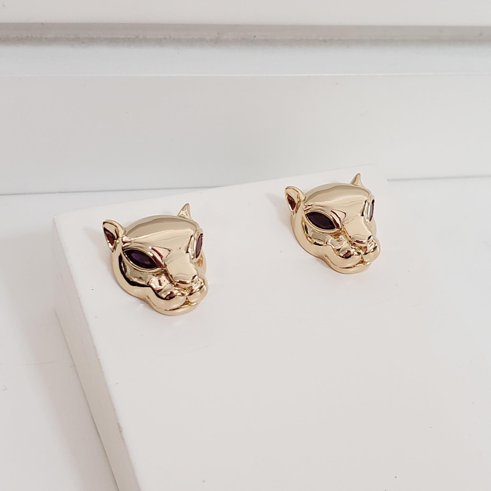 Brinco Botão Cabeça Leopardo com Olho Cristal Vermelho no Banho Ouro 18k Semijoia