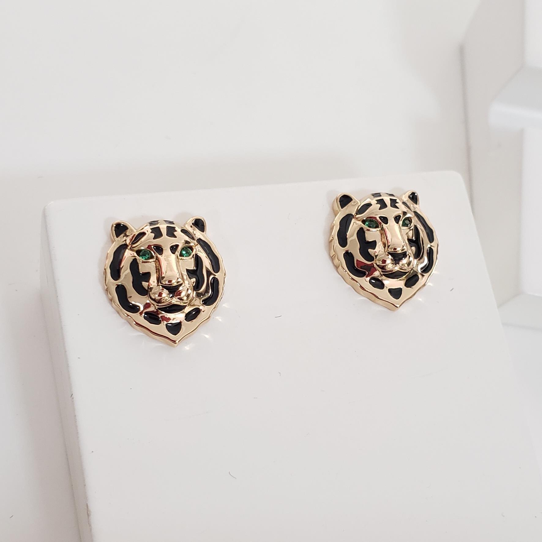Brinco Botão Cabeça Leopardo Esmaltada Preto no Banho Ouro 18k Semijoia