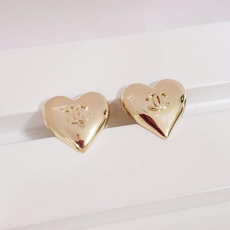 Brinco Botão Coração Abaulado com Simbolo Chanel no Banho Ouro 18k Semijoia