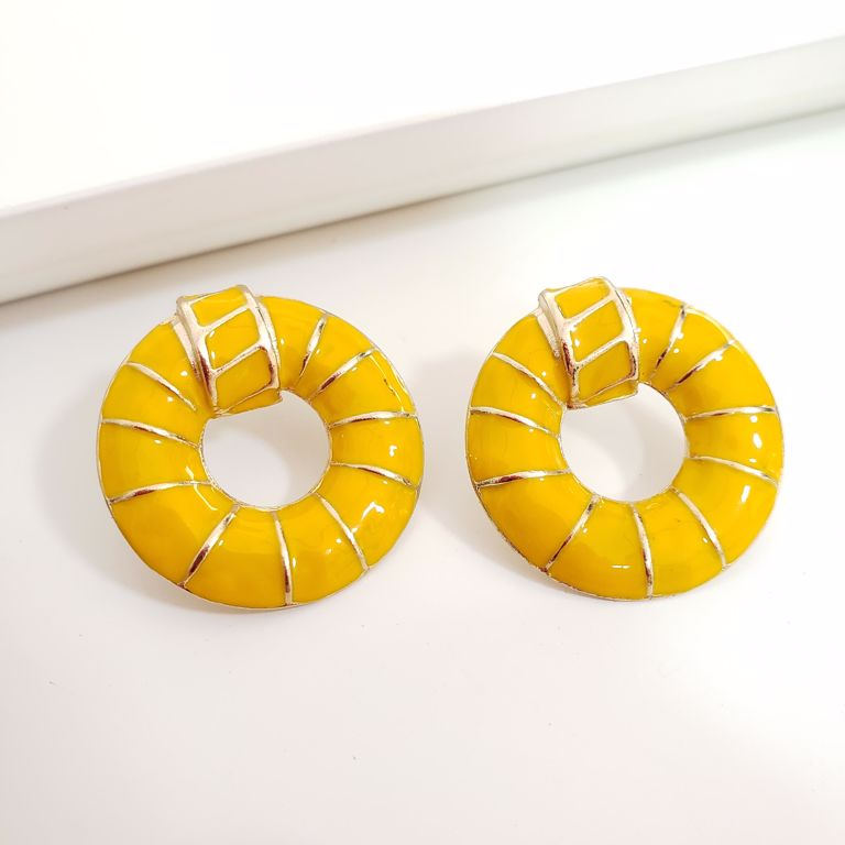 Brinco Botao Elo Esmaltado Amarelo com Frisos Dourados Banho Ouro 18k Semijoias