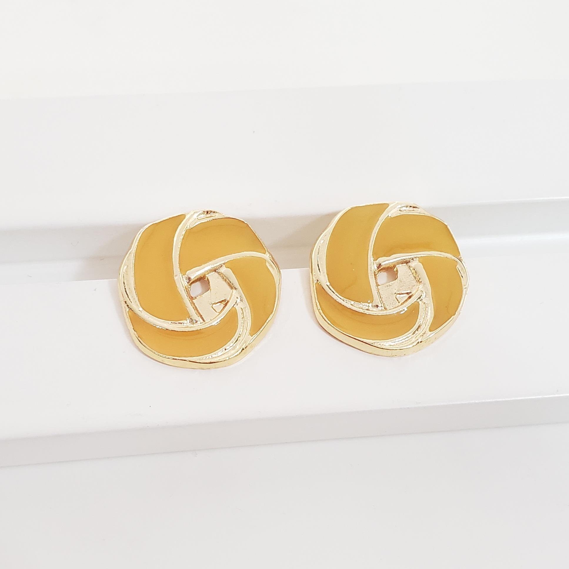 Brinco Botão Flor Achatada Esmaltado Amarelo no Banho Ouro 18k Semijoia