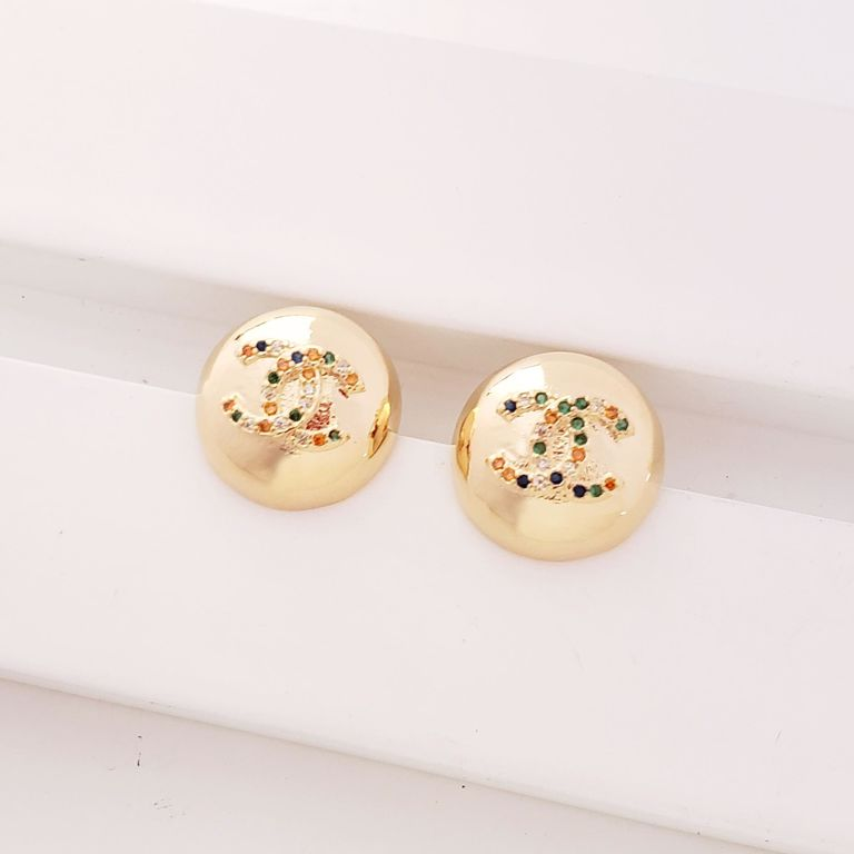Brinco Botão Meia Bola com Simbolo Chanel Zircônia Colorida no Banho Ouro 18k Semijoia