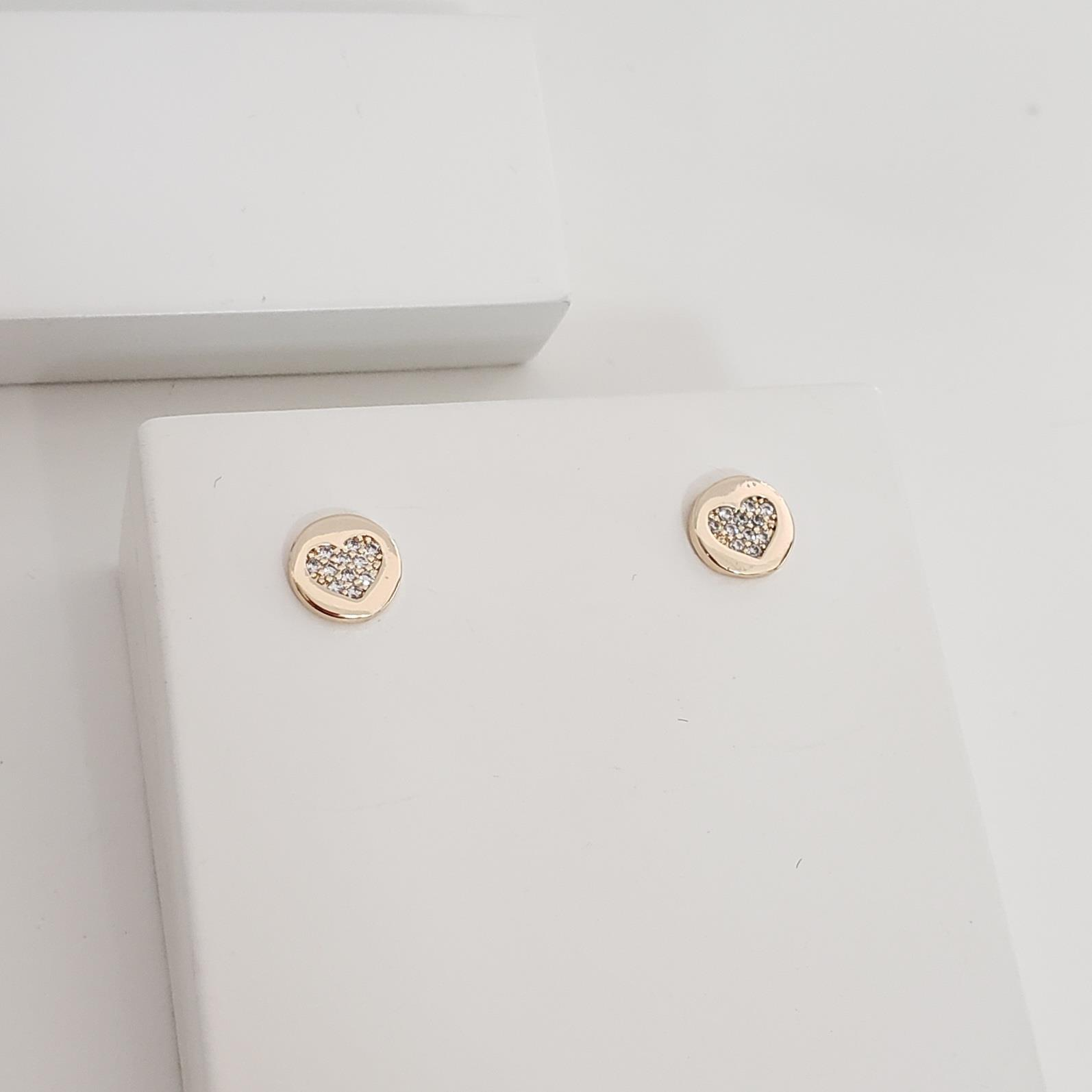 Brinco Botão Redondo com Coração Zircônia no Banho Ouro 18k Semijoia