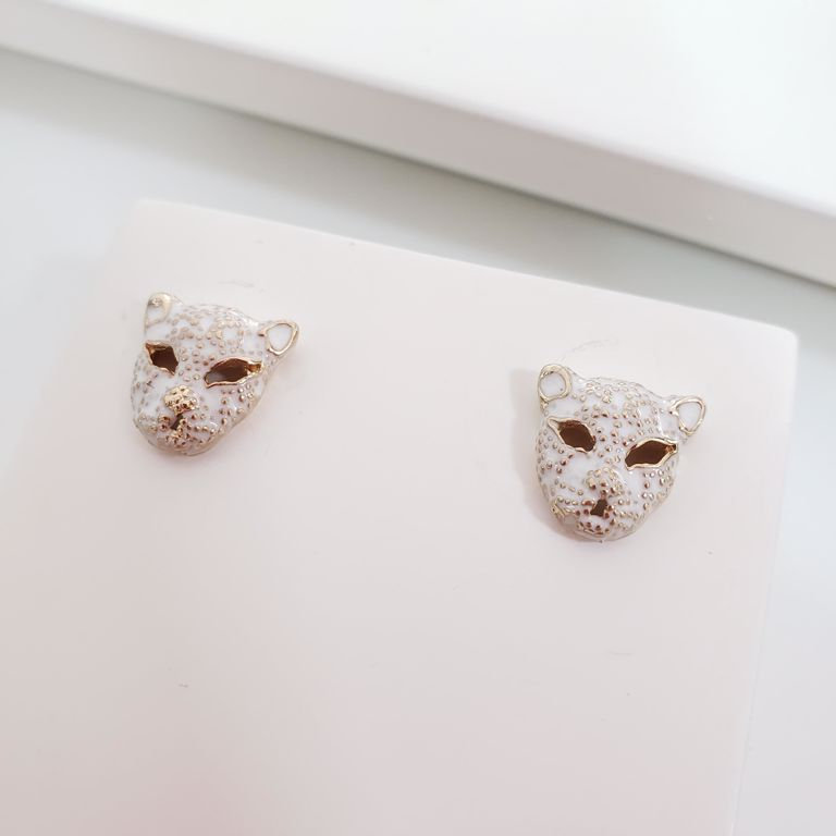 Brinco com Cabeça Leopardo Esmaltado Branco Banho Ouro 18k Semijoia
