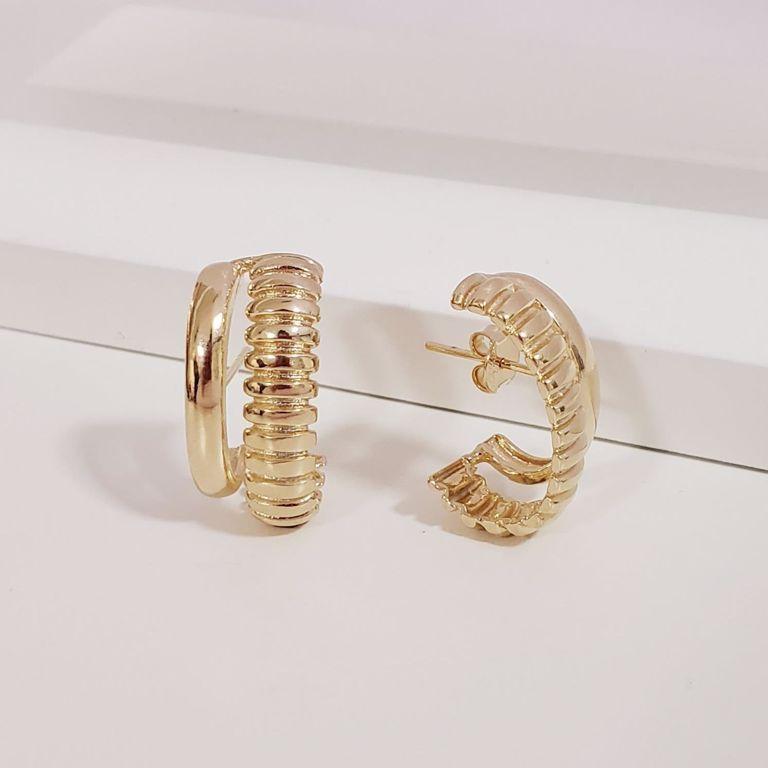 Brinco Ear Hook Filete Liso com Filete Detalhado no Banho Ouro 18k Semijoia