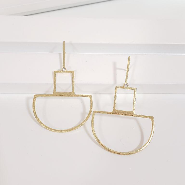 Brinco Filete com Formas Geométricas Vazadas Banho de Ouro 18k Semijoia