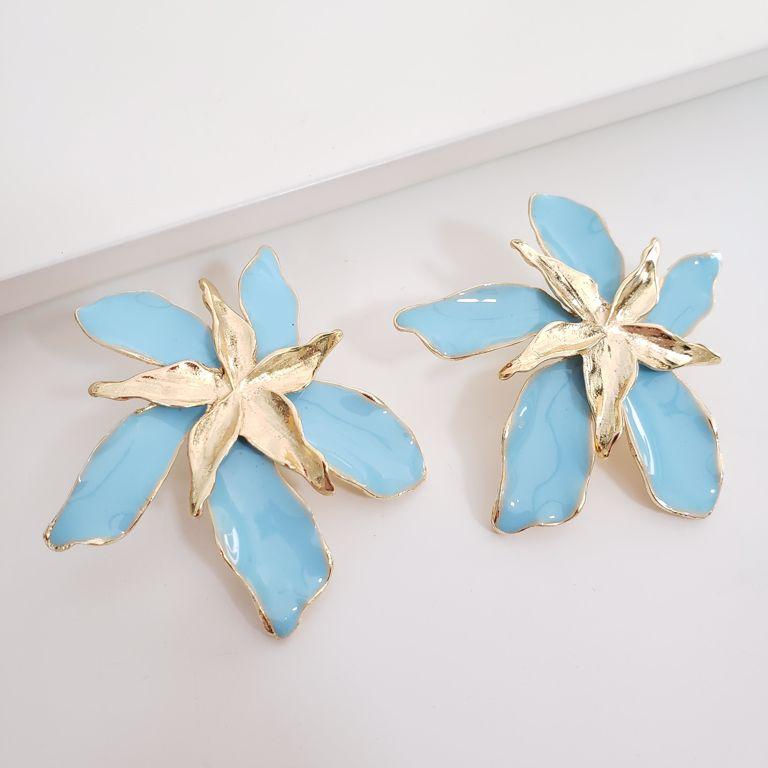 Brinco Flor Esmaltado Azul com Miolo Liso Banho Ouro 18k Semijoia