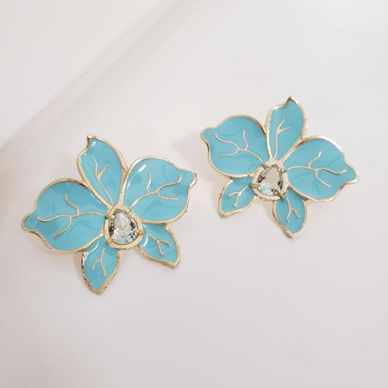 Brinco Flor Esmaltado Azul Turquesa com Miolo Gota Cristal Azul Banho Ouro 18k Semijoia