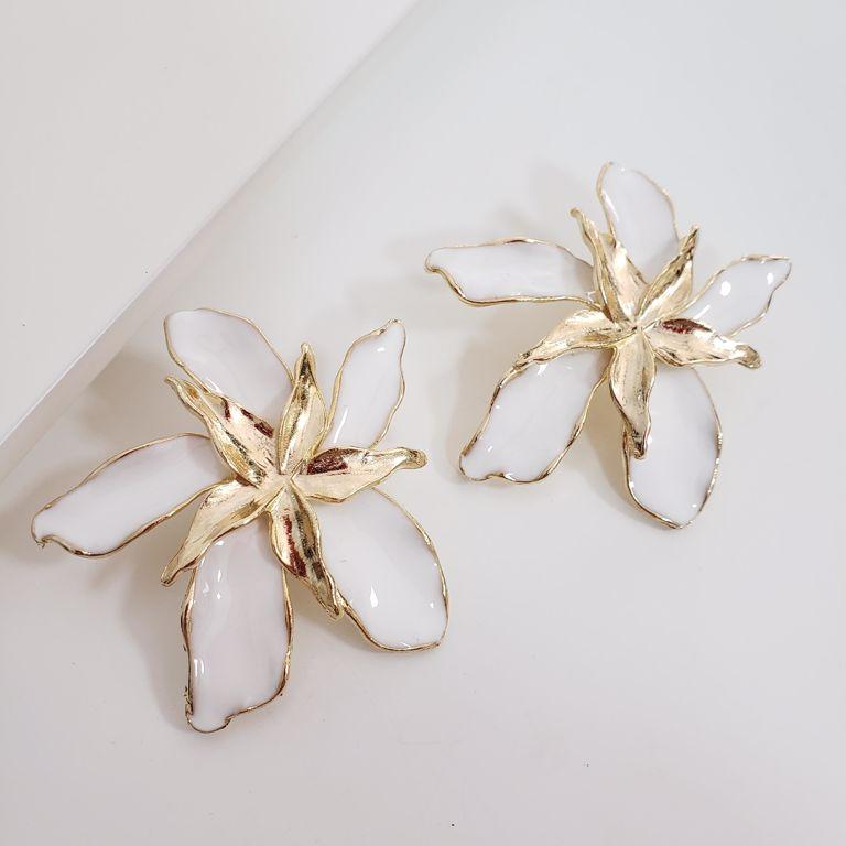 Brinco Flor Esmaltado Branco com Miolo Liso Banho Ouro 18k Semijoia