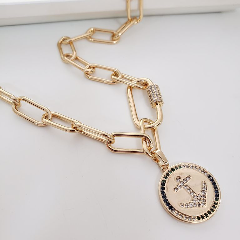 Colar Curto Elo Cartier com Medalha Âncora Zircônia Banho Ouro 18k Semijoia