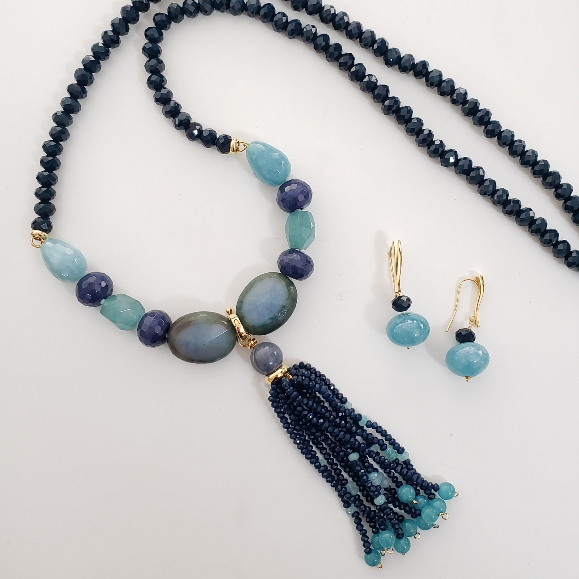 Colar Longo Cristal Azul Safira, Angelita, Agata Teal e Tassel Cristal Safira no Banho Ouro 18k Semijoia