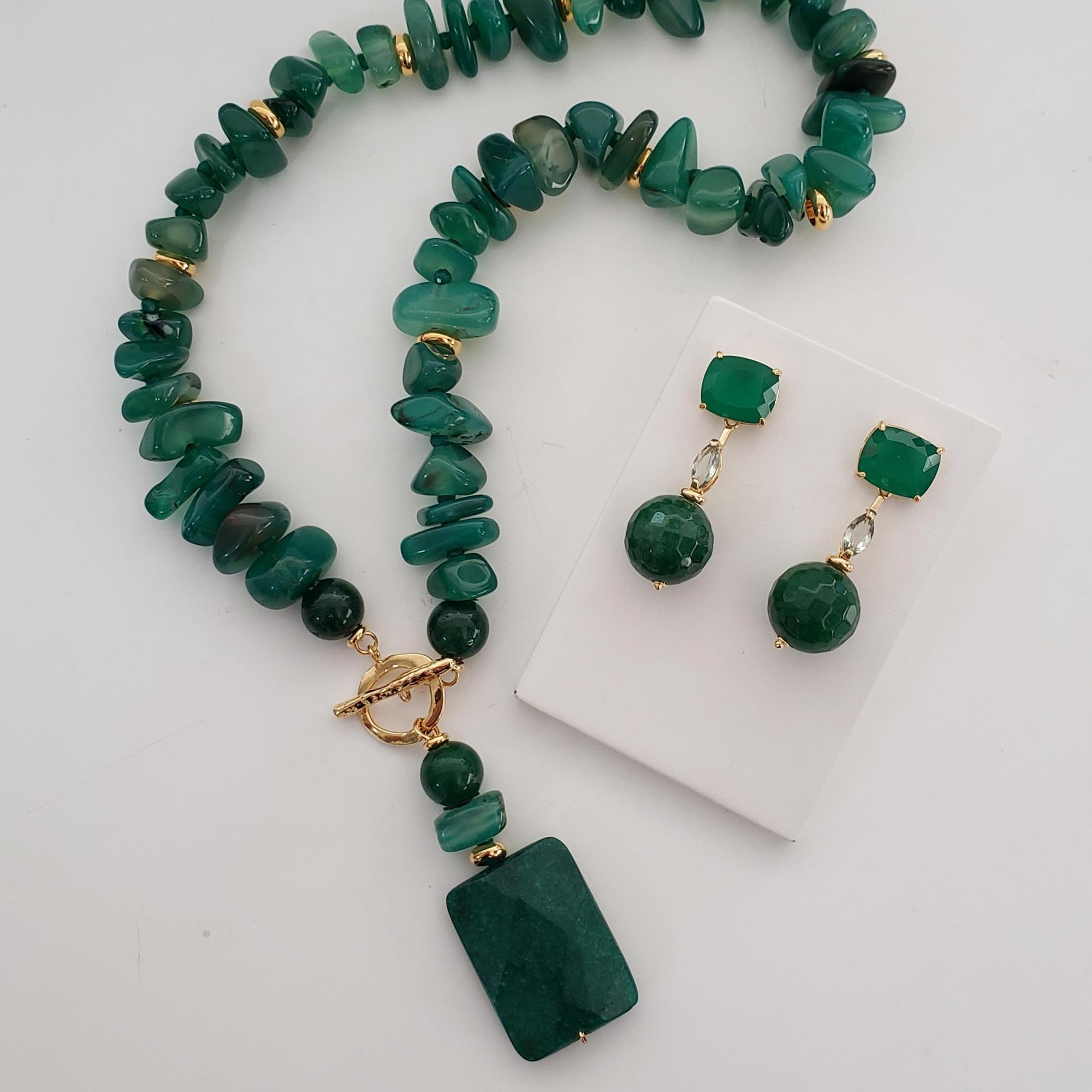 Colar Médio Cascalho Jade Verde Fecho Palito com Pingente e Brinco Retangulo e Bola Jade Verde no Banho Ouro 18k Semijoia