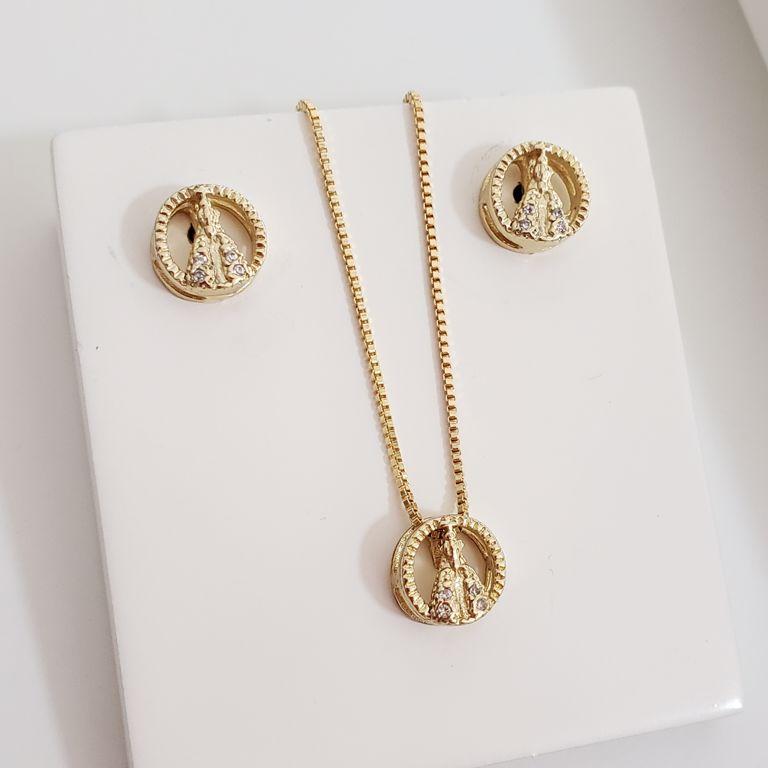 Conjunto Colar e Brinco Mini Medalha N. S. Aparecida Zircônia Banho Ouro 18k Semijoia