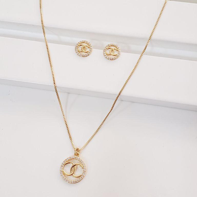Conjunto Colar Veneziana com Medalha Chanel com Zircônia e Brinco Botão no Banho Ouro 18k Semijoia