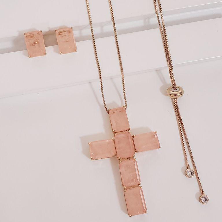 Conjunto Veneziana com Pingente Crucifixo Morganita com Brinco Botão Morganita no Banho Ouro 18k Semijoia