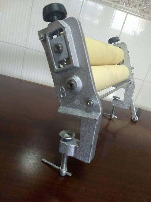 Cilindro alveolador de cera de abelhas manual - em Ferro.