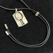 Colar de Silicone e Pingente Placa com Raquete em Prata