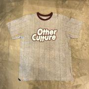 "Camiseta Other Culture ""Strip Wine"" Cinza"