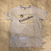 "Camiseta The Rocks ""Trust Nobody 3"" Cinza"