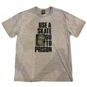 "Camiseta Thrasher ""Use a Skate Go To Prison"" Cinza"