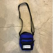 "Shoulder Bag Overcome ""Patch Script"" Azul"