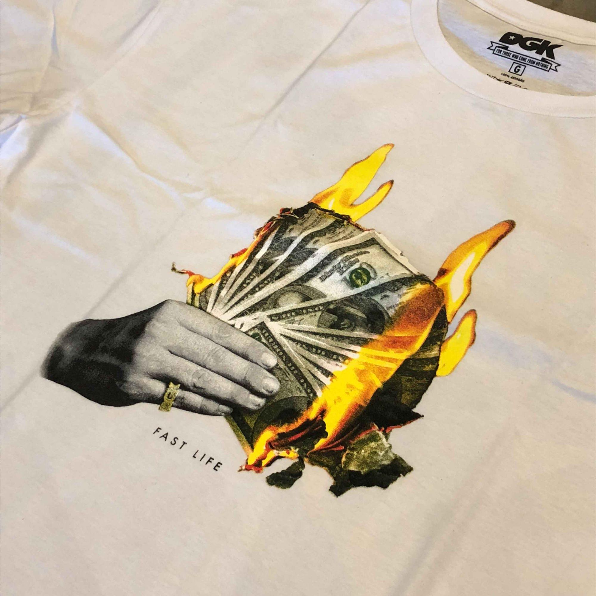 """Camiseta DGK """"Fast Life"""" Branca"""