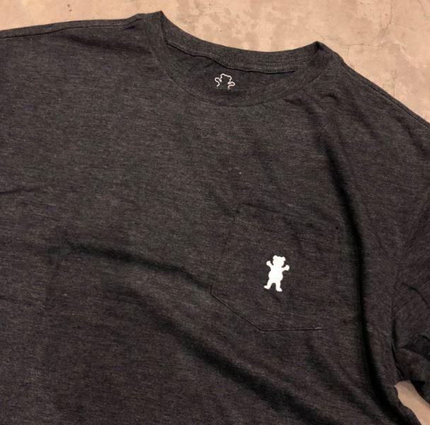 "Camiseta Grizzly ""OG Bear Embroidered Pocket"" Cinza Chumbo"