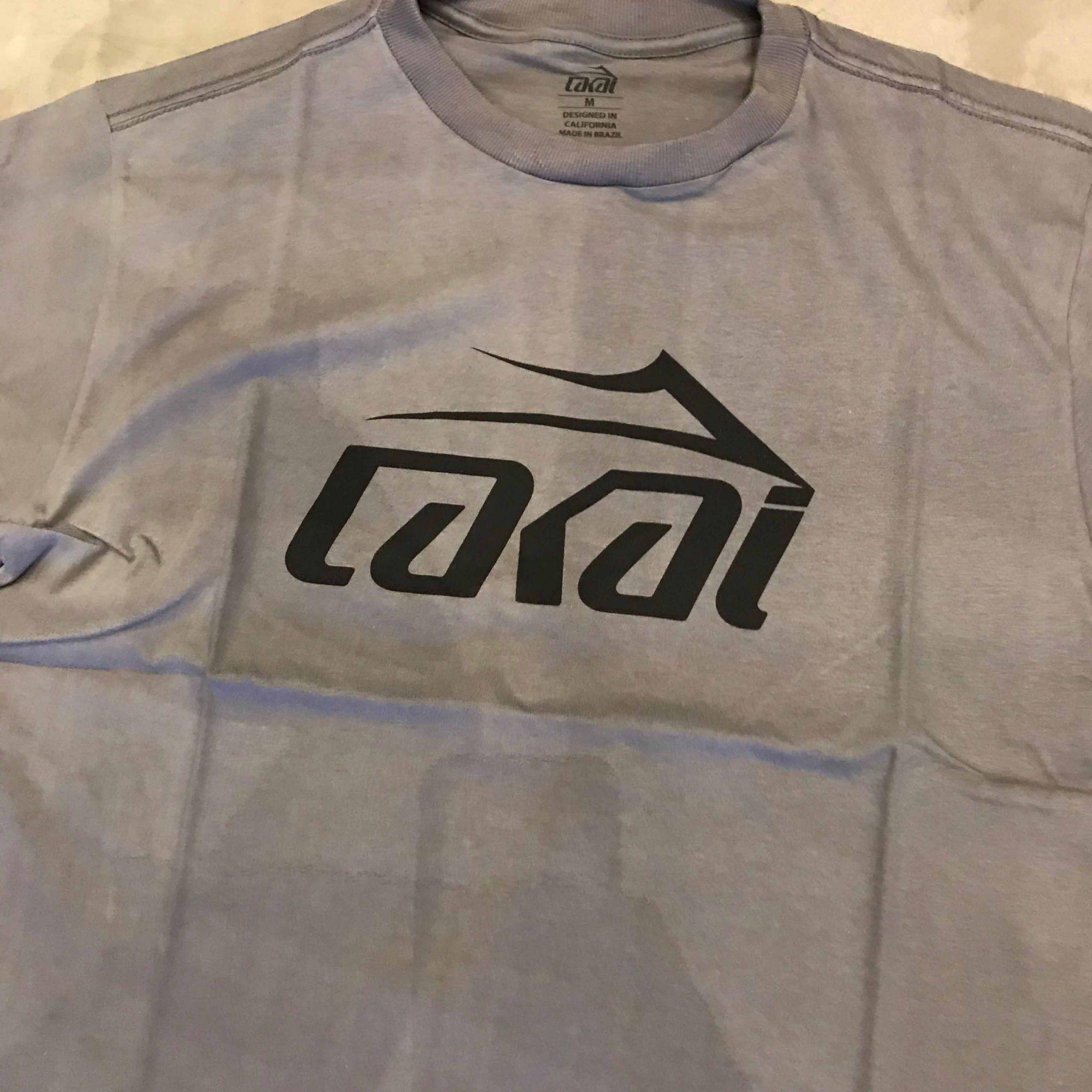 """Camiseta Lakai """"Basic"""" Cinza Chumbo"""