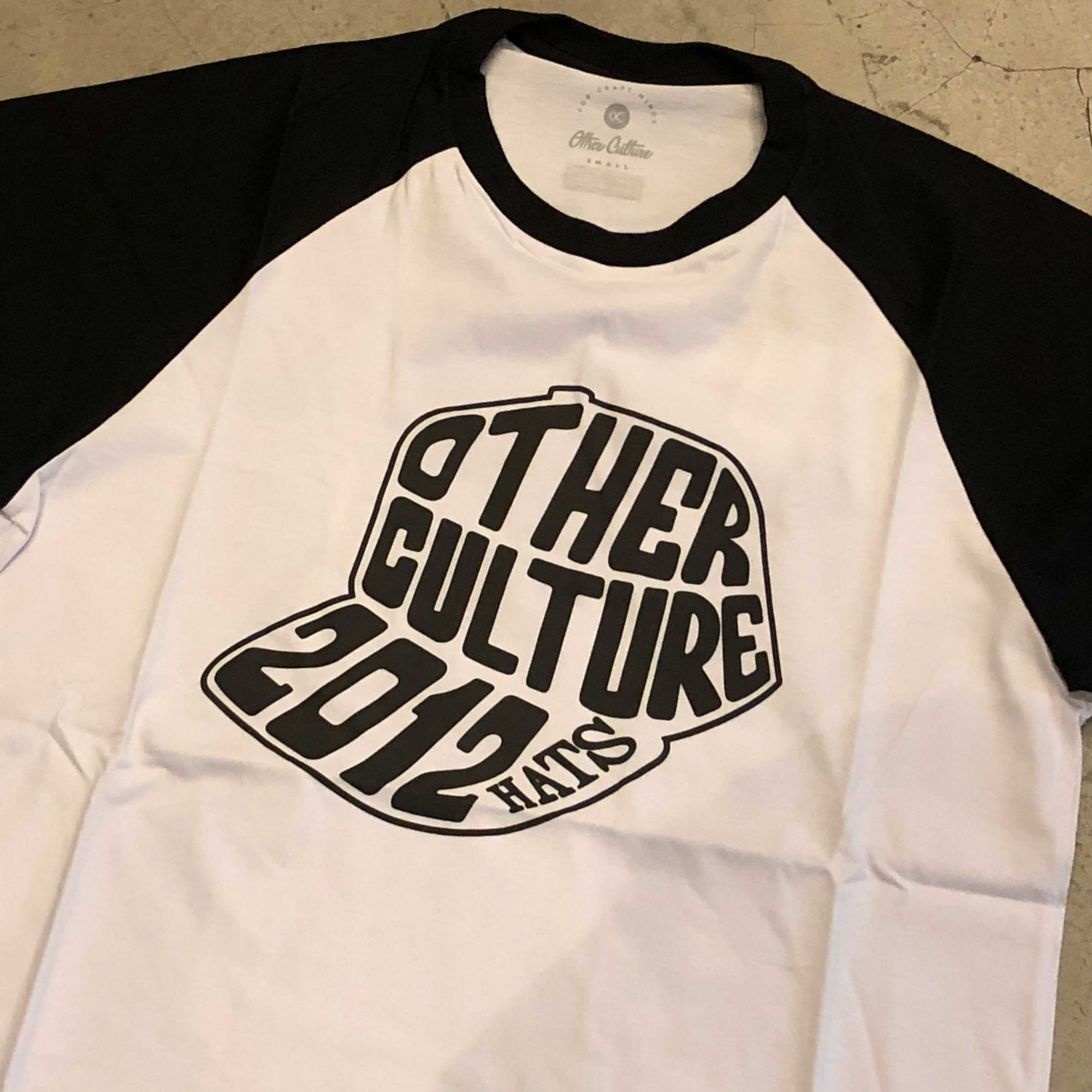 "Camiseta Other Culture ""2012 Hats"" Branca"