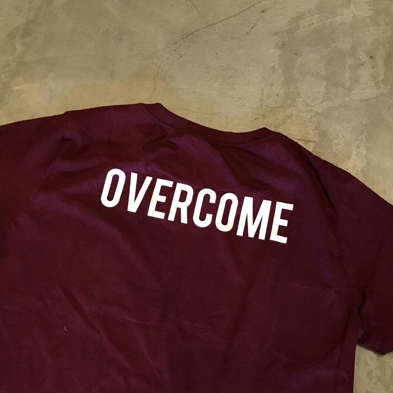 """Camiseta Overcome Co """"Big Script"""" Bordô"""
