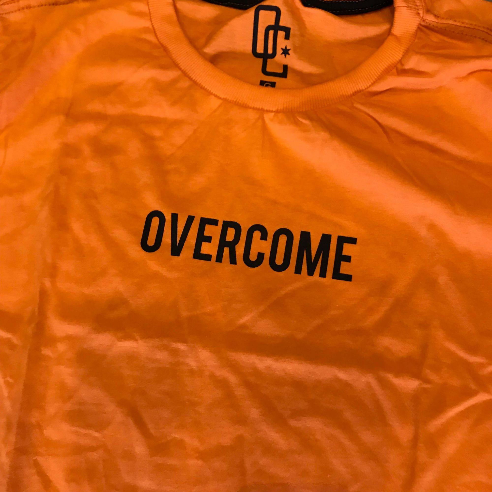 "Camiseta Overcome ""Logobox"" Laranja"