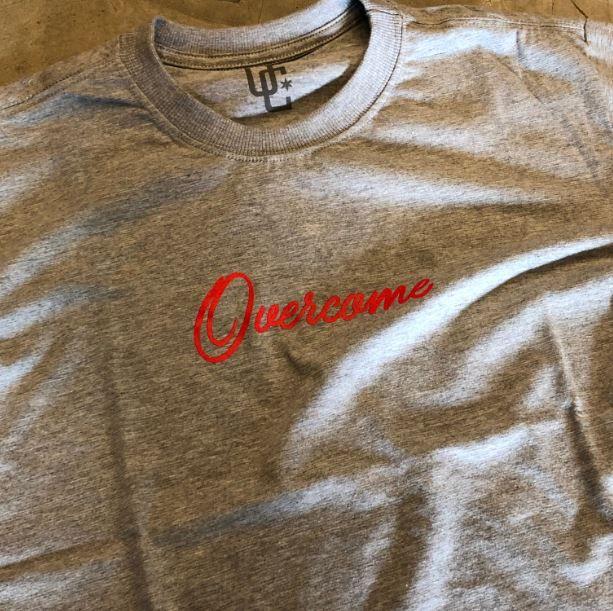 """Camiseta Overcome """"Script"""" Cinza"""