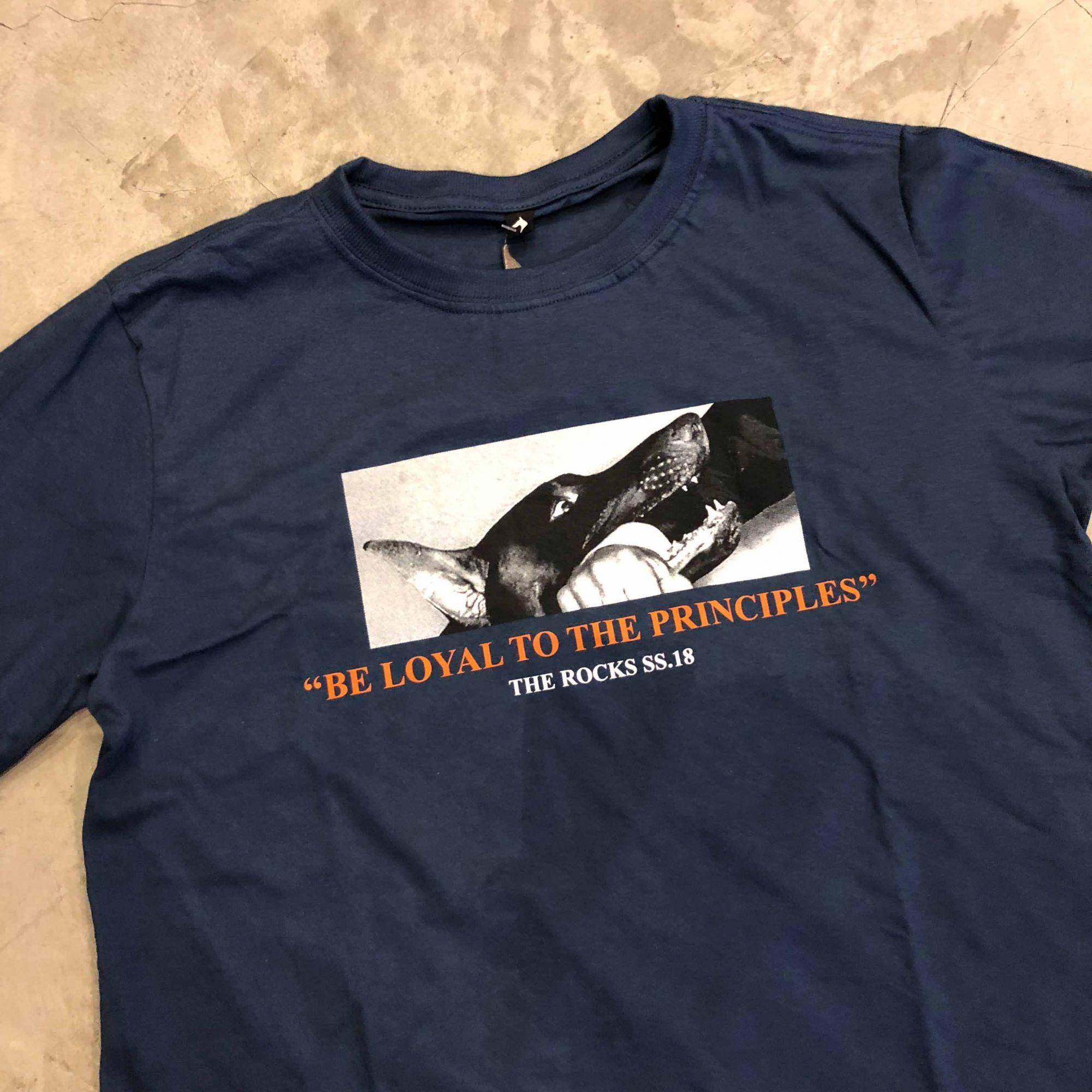 "Camiseta The Rocks ""Biting Man"" Azul Marinho"