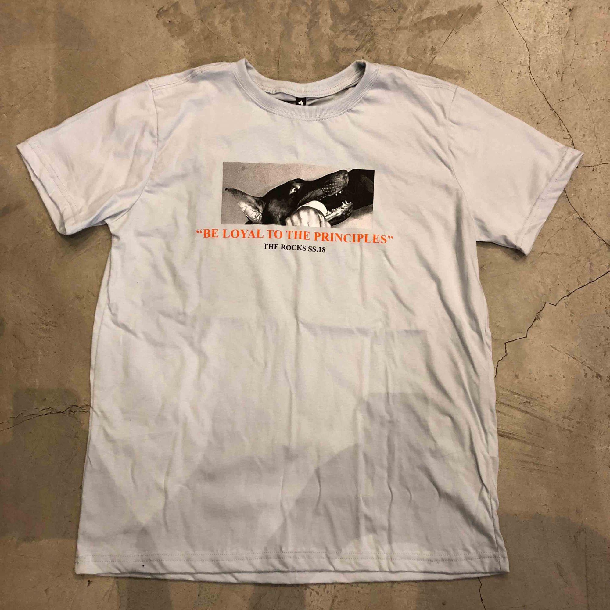 "Camiseta The Rocks ""Biting Man"" Cinza Claro"